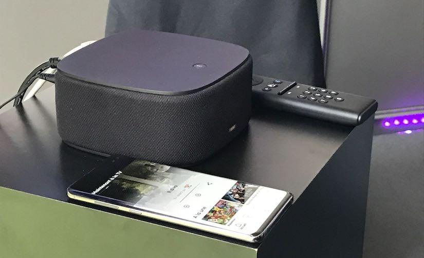 Le boitier SFR Box 8 TV avec sa télécommande et l'application SFR TV sur un smartphone